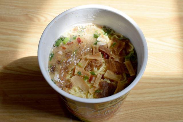 カップ麺の完成! 特製スープがとてもいい感じに、こってり感を演出します