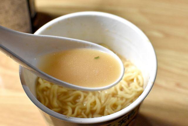 スープの味はお店にかなり近い! しかし、見た目からして、あの「超濃厚ドロドロ」とはやや異なる気も……