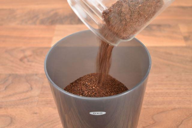抽出方法はいたってシンプルだ。まず、本体タンクの目盛りまでコーヒー粉(約175g)を入れる。細挽きのコーヒー粉を使用するとフィルターに詰まってしまう可能性があるため、粗挽きの使用が推奨されている