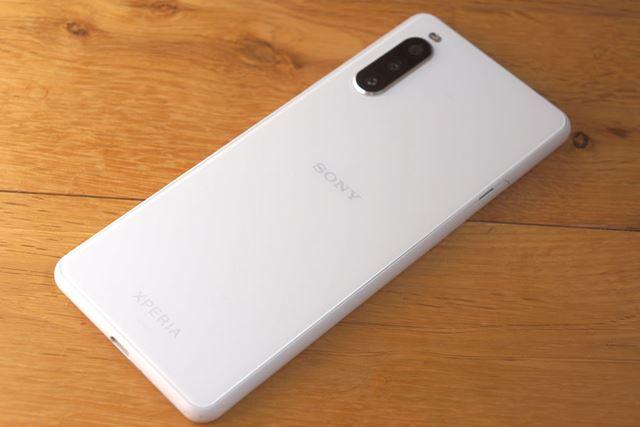 背面のデザインは「Xperia 1 II」などと共通のモチーフ。質感も良好