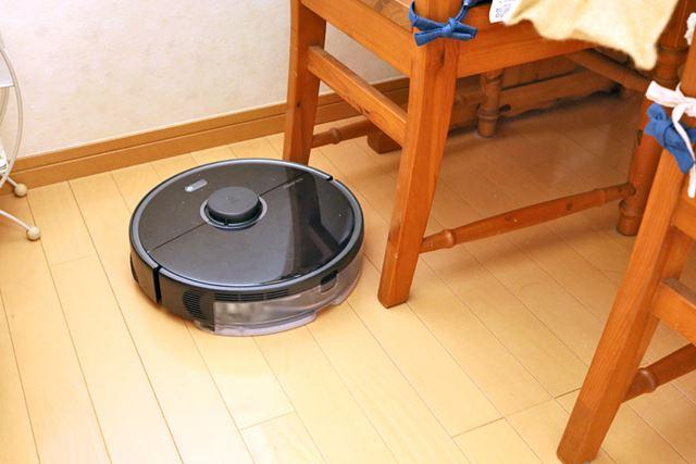 我が家のダイニングテーブルのチェアは脚幅が狭くて侵入できず