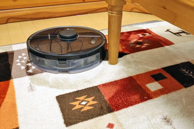 ローテーブルの周りをぐるりと1周し、脚の隙間に回転ブラシを入れてきっちりお掃除