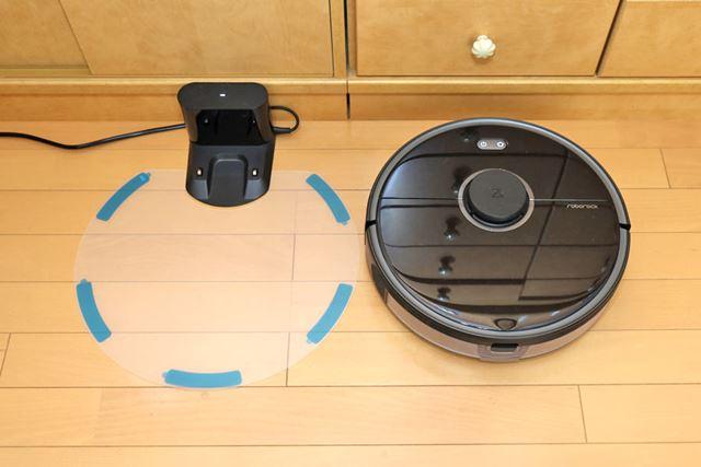 実際に設置する場合は、防湿マットの裏の青い保護テープを剥がし、シールでフローリングに固定します