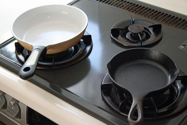 セラミックコーティングされたアルミ製フライパンとスキレットで、ホットケーキの焼き上がり具合を検証!