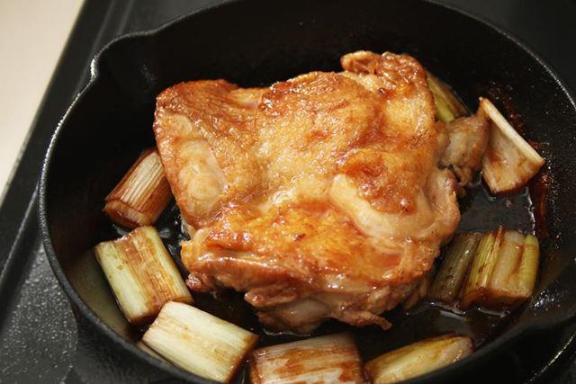 途中何度か裏返しながら、鶏肉に味を染み込ませます。タレにとろみが付いてきたらできあがり!