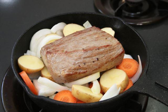 野菜の上に、全体に焼き色を付けた牛肉を載せます