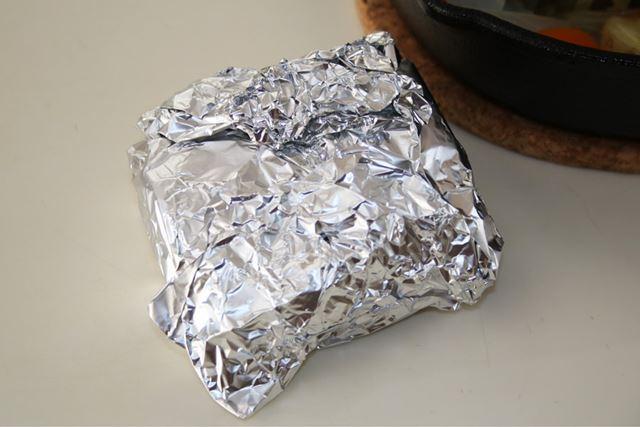 焼けた牛肉をアルミホイルで包み、約30分寝かしてローストビーフを仕上げます