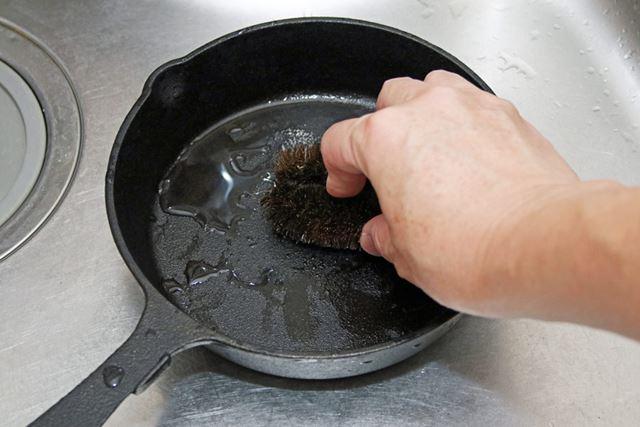 水洗いする際は、金属製以外のタワシを使って汚れを落とします