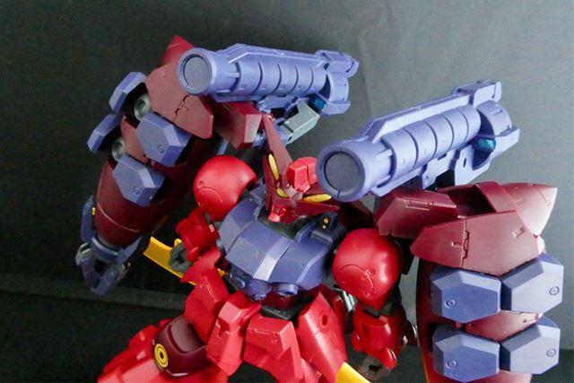 2本の「GNリボルバーバズーカ」は、肩に装備して状態で射撃体勢に動かせます