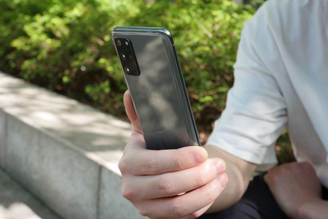 外出先でもバリバリ使える「Galaxy S20+ 5G」は、ビジネスからプライベートまで幅広い用途で活躍する