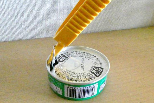 イージーオープンの缶詰の場合は、リングに先端を引っ掛けたら、垂直に起こします