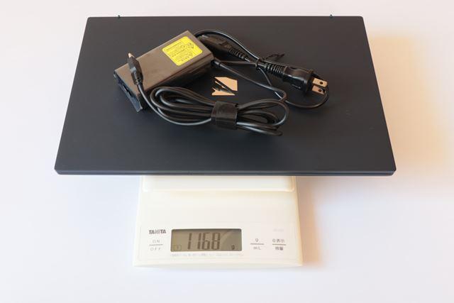 付属のACアダプター込みの重量は1168g