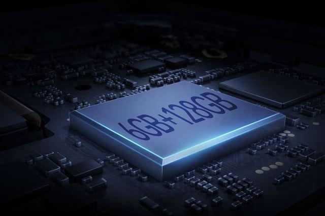 6GBのメモリーと128GBのストレージ、256GBまで対応するmicroSDXCメモリーカードスロットを搭載する