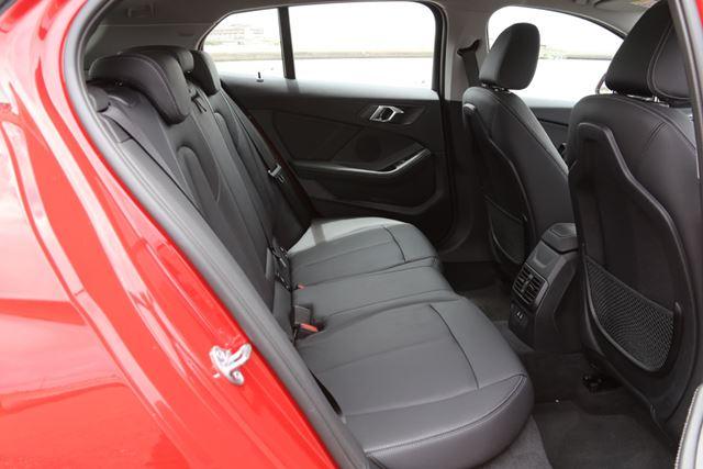 新型「1シリーズ」では、後席の足下空間が先代と比べて40mm拡大されており、居住性が高められている