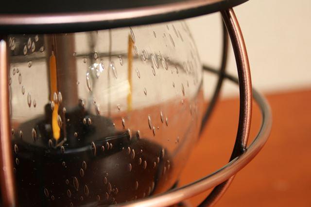 気泡の入ったアンティーク調のガラスホヤが、よりクラシカルな雰囲気を高めています