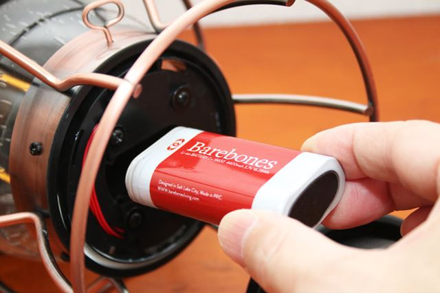 着脱できる充電式バッテリーで駆動。バッテリー容量は約4,400mAh