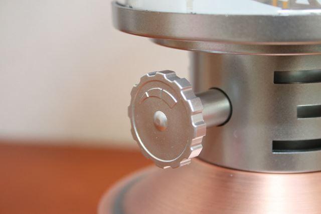 スイッチを回すと電源がオンになり、無段階で調光可能。明るさは最大110lm