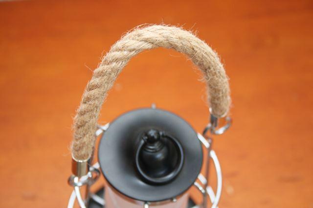 麻素材の吊り下げハンドルは、ワイルドながら全体の印象をソフトにしてくれます
