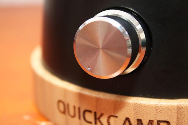 ロータリースイッチを長押しすると点灯し、回すと20〜370lmの範囲で無段階に調光できます