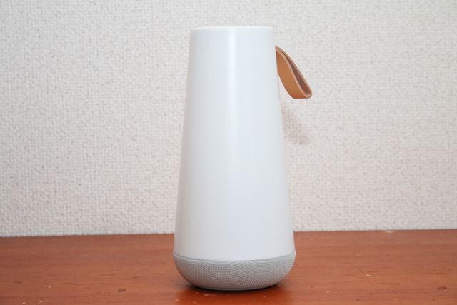 サイズは約10(直径)×21.4(高さ)cm、重量は約700g。レザー製のストラップも装備されています