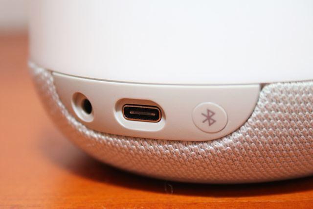 Bluetooth接続できない端末でも再生できるようにAUX端子も装備されています