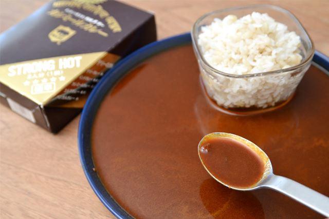 具材は、調理されたたまねぎのかけらが少々入っている程度。確かにシャバシャバで、まるでスープです