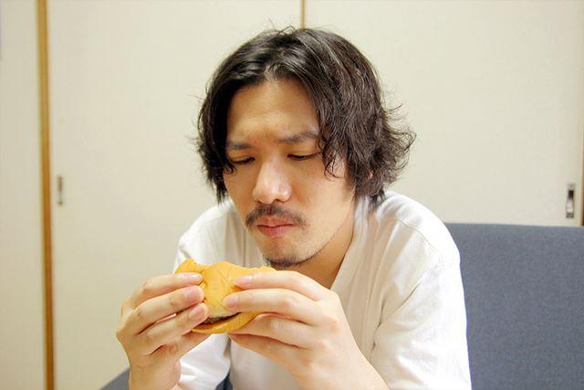本物のハンバーガーを食べて研究