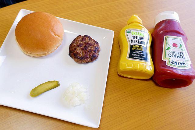 パティ以外の材料を用意する。こうしてみると、Mのハンバーガーはシンプルだ