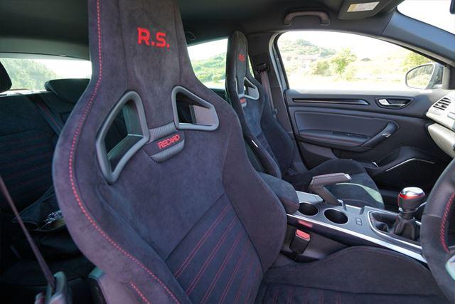 スポーツモデルらしく、レカロ製のシートが標準で装備される