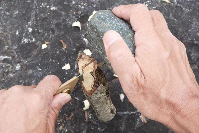 かなり乱暴な方法だが、枝を岩の上に立ててから刃の背中へ石を打ち下ろし、枝を縦に割った