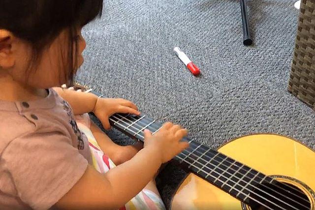 うちの子が私のマネをしてギターを弾いている図(ただ鳴らしているだけです笑)