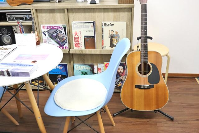 ギターがあるだけで、ちょっとオシャレな空間を演出できます(笑)