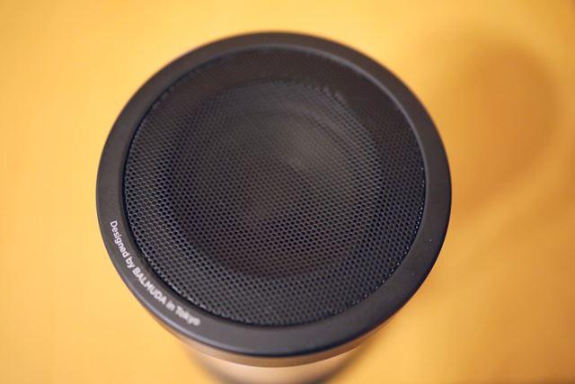 BALMUDA The Speakerは、スピーカーを上方向に配置する設計。そのまま上に向けて音を放出する