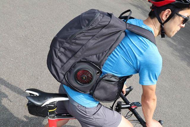 自転車通勤ならファンの音も気にならない。実際に街を走ってみたが、誰にも気づかれなかった(たぶん)