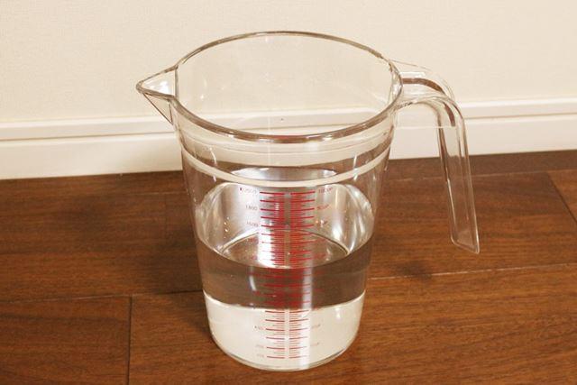 排水タンクの水を計量カップに入れ、除湿された水の量をチェックしてみると1100mlもの水が溜まっていました