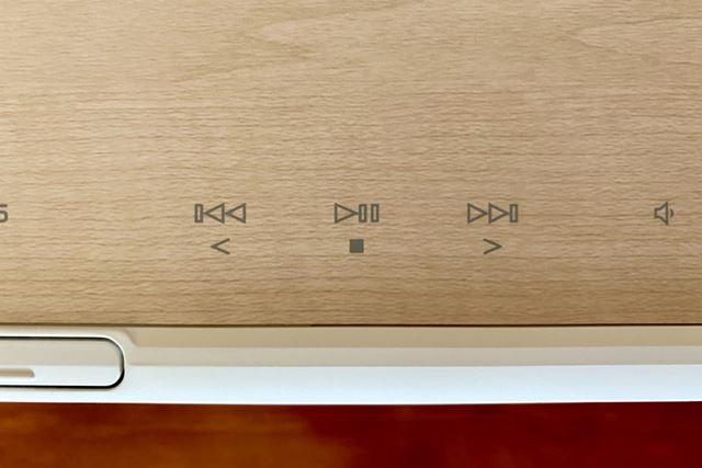 木目調トップテーブルに用意された操作キーはタッチセンサー式