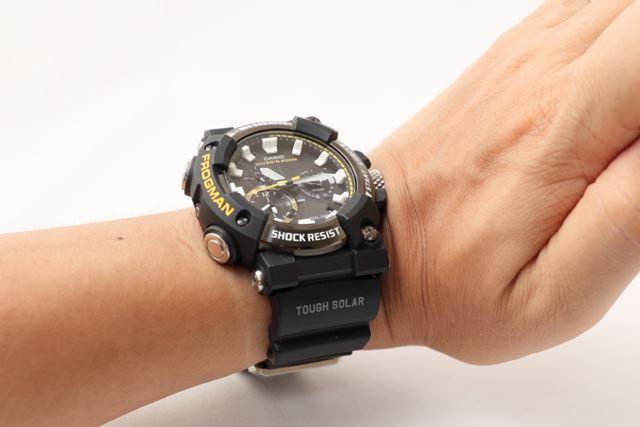 手首を上に曲げても、時計が当たらないようになっている