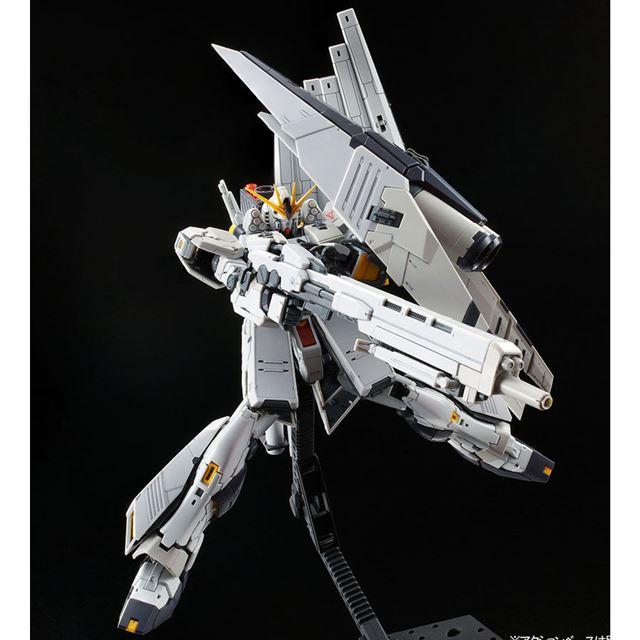 名作「機動戦士ガンダム 逆襲のシャア」に登場する、アムロ・レイ搭乗機に、重装甲アーマーを装備