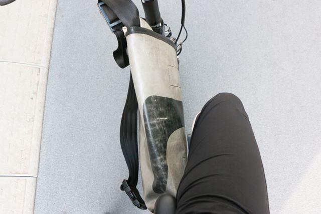 足の間にバッグがあるのは少し違和感があるが、ペダルを漕いでいる時にバッグが足に当たることもなかった