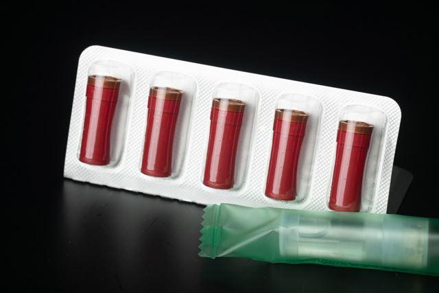 たばこカートリッジも赤い。吸い口の部分は炭酸の泡のイメージだろうか?
