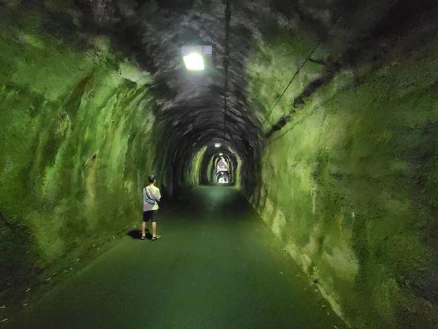 トンネルの中を撮影。岩肌の質感が周辺までよく残っている。光量も十分で肉眼以上に鮮明な仕上がりだ