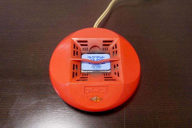 使い方は、熱くなる金属部分にマットを置いて電源を入れるだけ