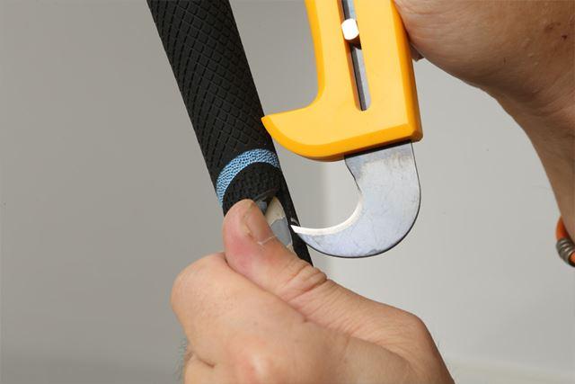 シャフトに刃を当てないよう注意しながら、グリップのヘッド側からカットしていきます