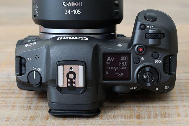 上面の操作系はEOS Rを継承。撮影情報を表示するパネルやモード選択ボタンなどが備わっている