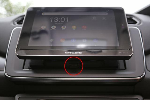 画像の赤丸の部分を上に押せば、SDA-700TABを簡単に取り外すことができます