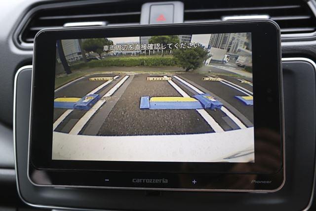 クルマのギアをバックに入れれば、自動的にバックカメラに切り替わるのはとても便利です