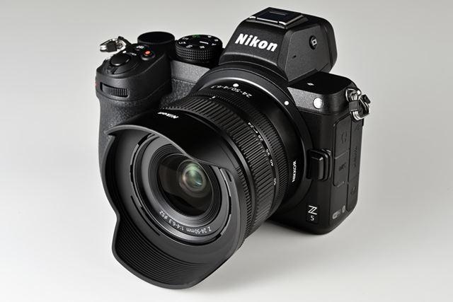 別売のレンズフードを装着したNIKKOR Z 24-50mm f/4-6.3と組み合わせたイメージ