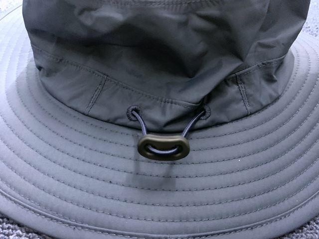 伸縮性のあるストリングスが配されているので、サイズの微調整も可能
