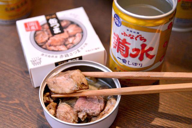 鹿児島の銘柄鶏「赤鶏さつま」を使用。塩と一味唐辛子で味付け、備長炭で香り高く焼き上げています