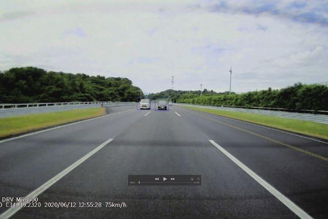 「DRV-MR8500」のリアカメラで後方車両を捕捉